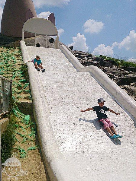石の大型滑り台