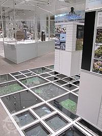 床にも展示スペース