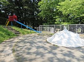 滑り台とフワフワ遊具