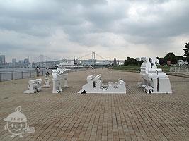 彫刻「潮風公園島の日曜の午後」