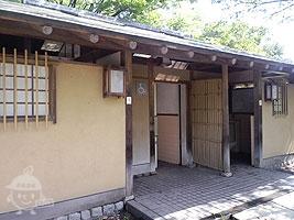 遊具広場近くのトイレ