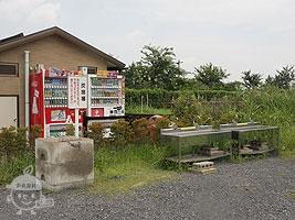 手洗い場、炭捨場、自動販売機