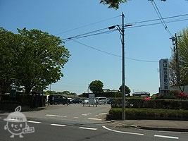 公園入口と駐車場