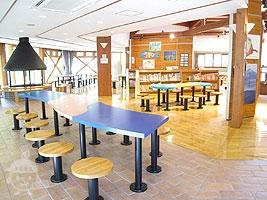 図書コーナーと休憩スペース