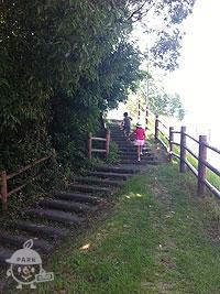 ローラー滑り台の入り口へ向かう階段