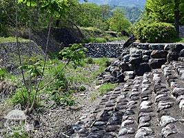 秋山川へ降りる石段