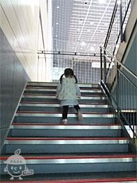 各階へは階段移動