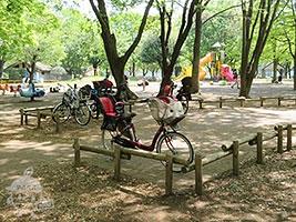 駐輪場 園内入口の他、遊具広場の側にもあります。