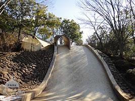 石のジャンボ滑り台