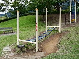 吊り橋やロープを使った遊具