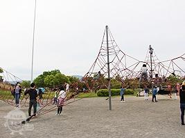 ピラミッド型ネット遊具