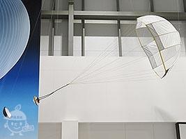 パラシュート展開後のカプセル(模型)