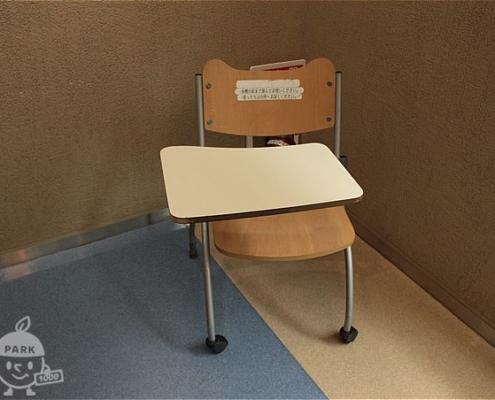 テーブルつき椅子