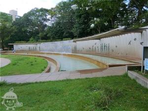 虹の広場・壁泉