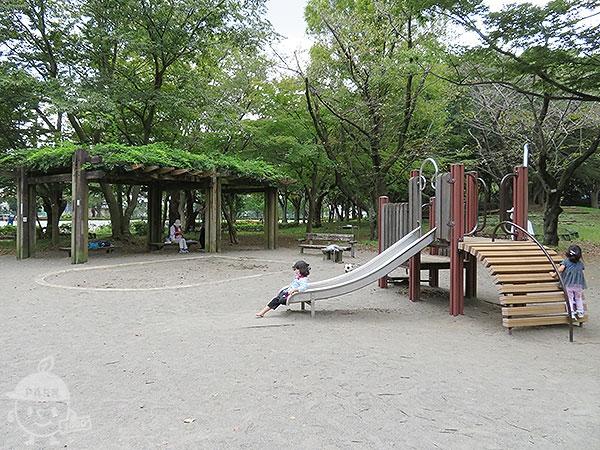 砂場と小さい子向け複合遊具