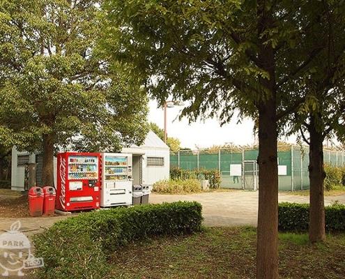 トリム広場に近くの自動販売機とトイレ